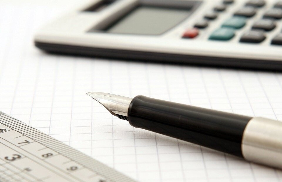 caneta-papel-calculadora-projeto-de-loteamento-residencial