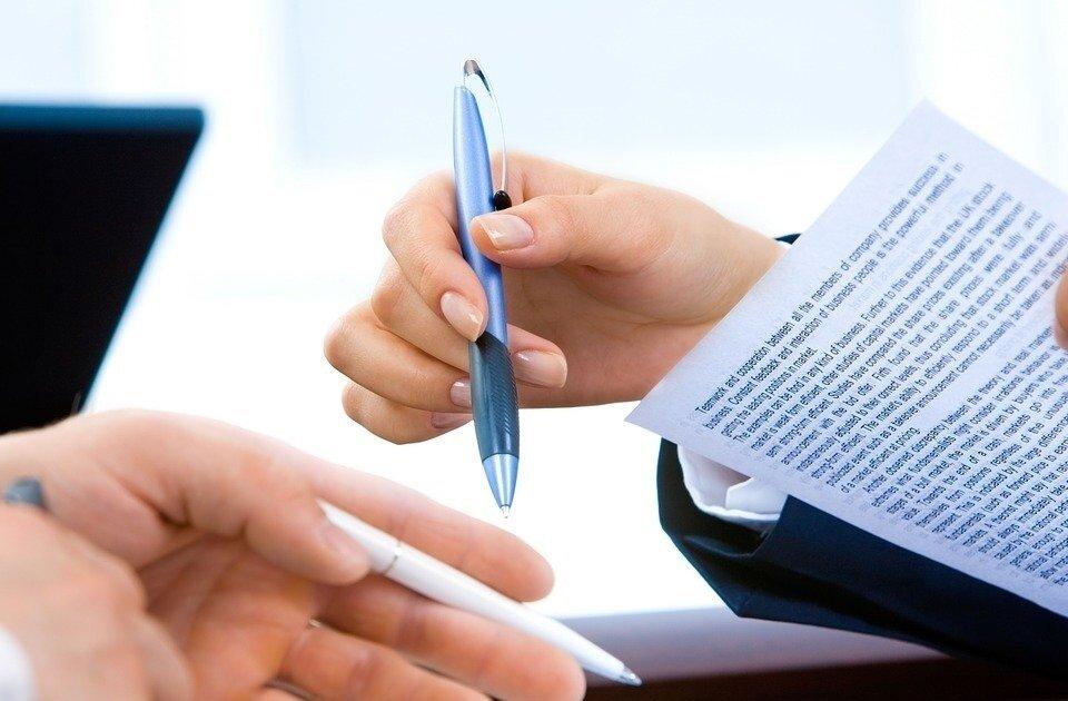 contrato-caneta-mãos-financiamento-de-terreno