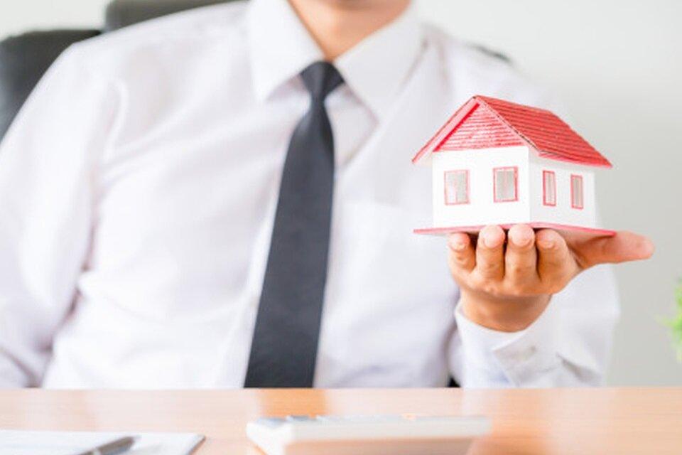 pessoa-segurando-maquete-construcao-casa-propria