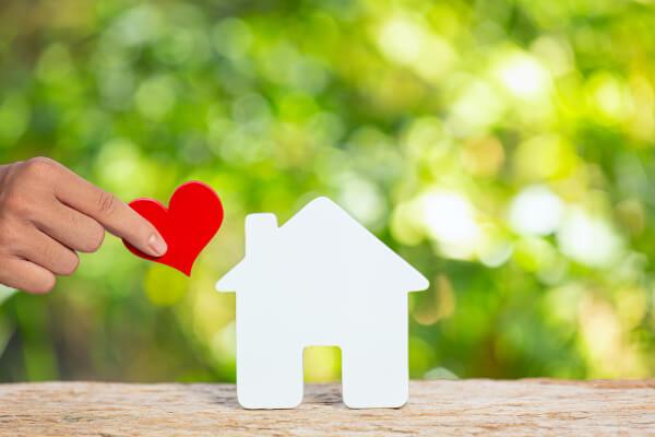desenho de uma casa de papel e um coração para simbolizar o sonho da casa própria